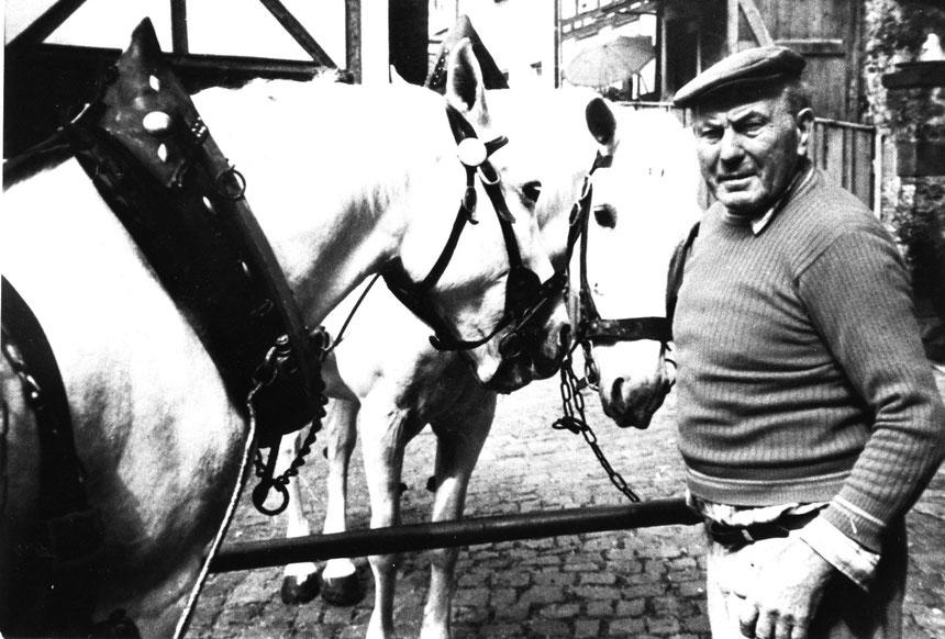 Wolfgang Metzger mit seinen Kutschpferden an der Zehntscheune, bzw. Burgpforte, an der Elvis Presley sich ablichten ließ
