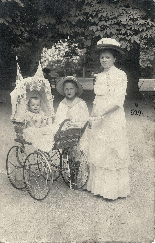 "Im Kurpark Bad Nauheim 1912: ""Franz, Fritz und Oma"", Fotograf O. Hermann, Bad Nauheim"