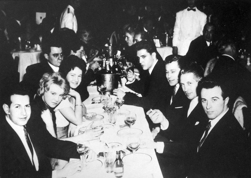 Elvis im Lido in Paris mit seinen Lieben, Foto: Sammlung Heli von Westrem (Heli Priemel), zweiter neben Elvis: Karatelehrer Jürgen Seydel