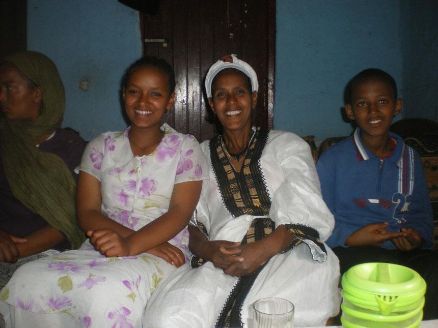 Invitaton à déjeuner chez Tourayé, au centre de la photo, revétue du costume traditionnel.
