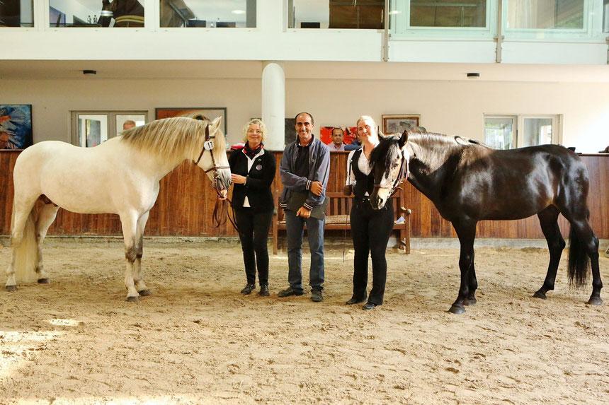 Seif es Salam und Sef el Aamour auf dem OMCB Europa Championat der Berberpferde. Seif es Salam gewann überragend den Titel OMCB Champion der Berberhengste 2017. Hier mit Petra Jürgens, Sharline Ickler und Achmed Hadji.
