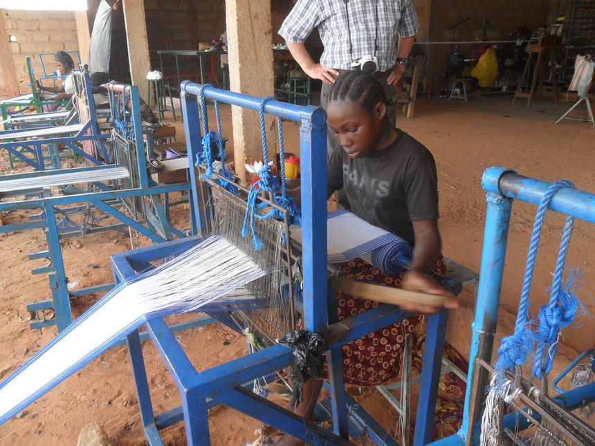 Au Burkina-Faso, MSP a installé des ateliers de tissage.