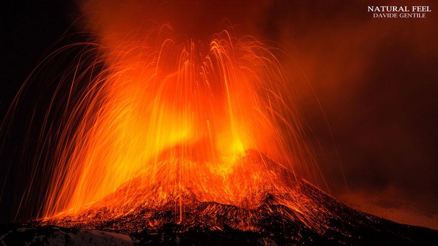 L'esplosione prodotta da una grossa bolla di gas all'inizio dell'apice della fontana di lava del 17 novembre 2013. Foto scattata da Davide Gentile