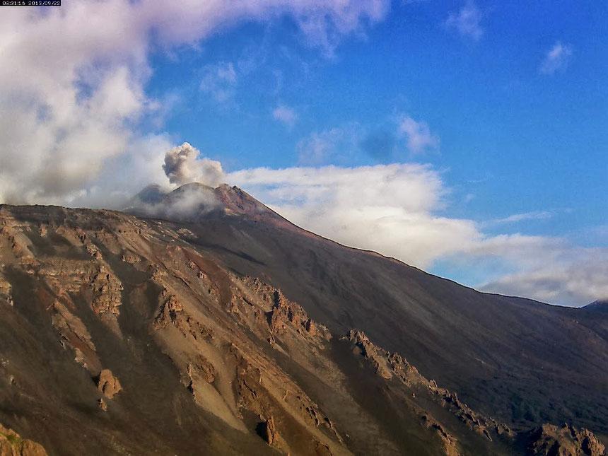 Il bolo di cenere prodotto da un'esplosione stromboliana al Nuovo Cratere di Sud-Est, stamattina 22 settembre 2013