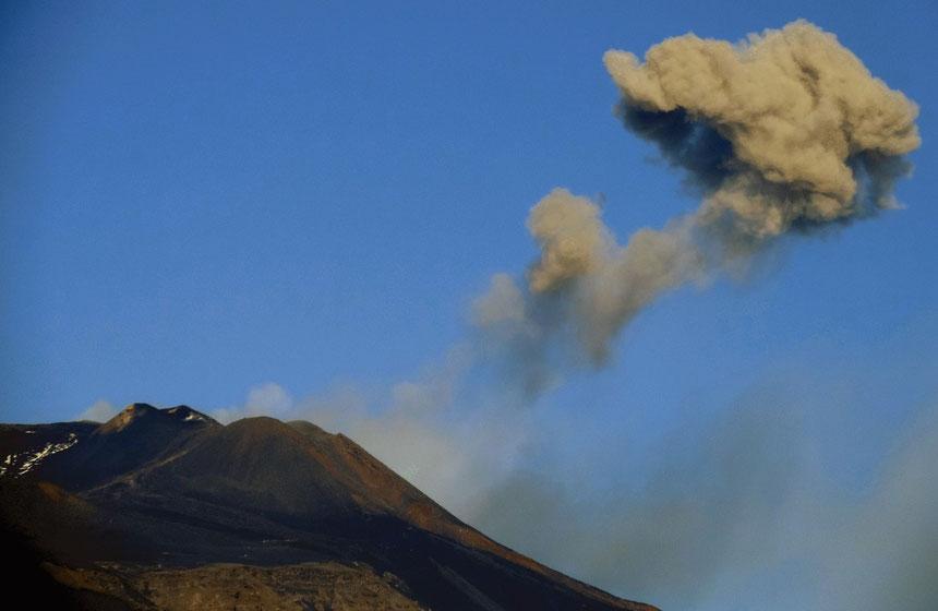 Esplosione nella mattina del 08 novembre 2013 ripresa da Boris Behncke a Tremestieri Etneo