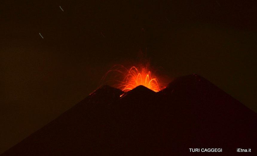 Esplosione stromboliana al nuovo Cratere di Sud-Est la notte del 07 maggio 2014. Foto ripresa da Turi Caggegi (iEtna.it)