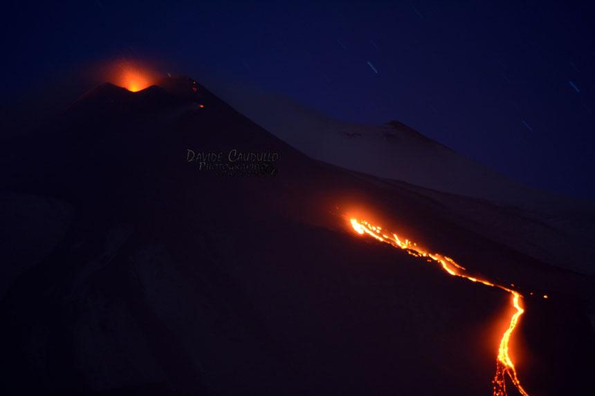 Attività stromboliana dal nuovo Cratere di Sud-Est e colata di lava prodotta dalla frattura alla sua base orientale. Foto di Davide Caudullo