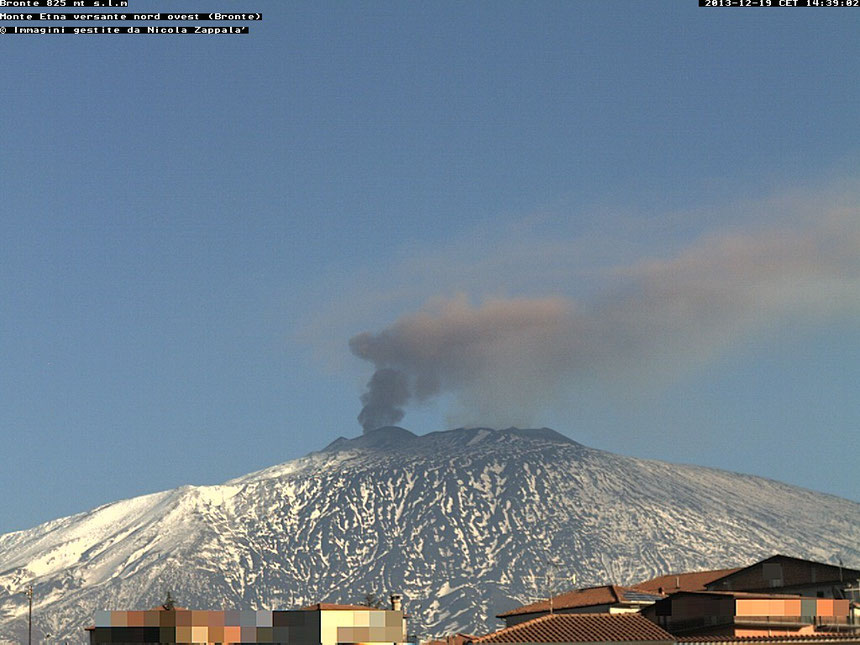 L'emissione di cenere dal NEC nelle prime ore pomeridiane del 19/12. Frame ripreso da una webcam posta a Bronte, sul fianco occidentale dell'Etna