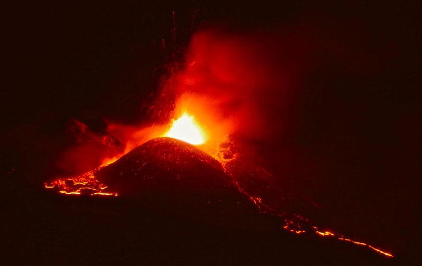 PHOTO:Il NSEC in forte attività stromboliana e con emissione di piccole colate di lava nelle prime ore del 12 aprile 2013. Foto scattata da Boris Behncke