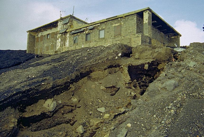 """L'edificio """"Torre del Filosofo"""" il 16 marzo 2000, circondato dalla colata del parossismo avvenuto due giorni prima al SEC. Foto di Boris Behncke"""