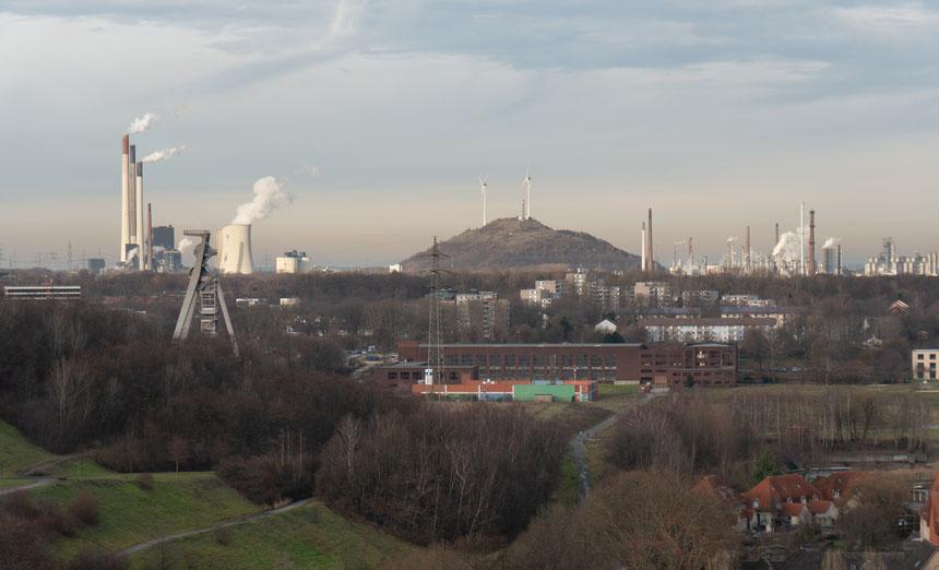Im Vordergrund: Der Zechenpark der Zeche Hugo mit Förderturm (links) und Betriebsgebäude (Mitte)