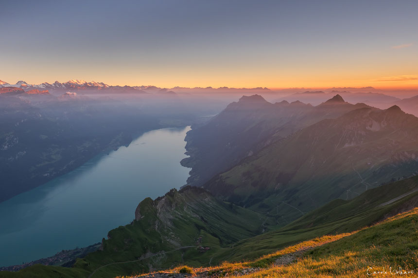 wunderschönes Abendlicht über den Bergen und dem Brienzersee, Brienzer Rothorn