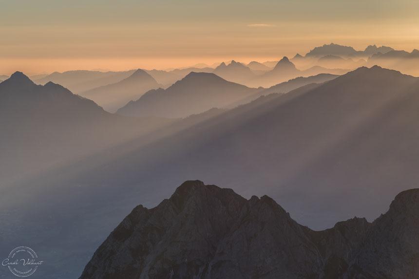 Erste Sonnenstrahlen im morgendlichen Dunst, Brienzer Rothorn