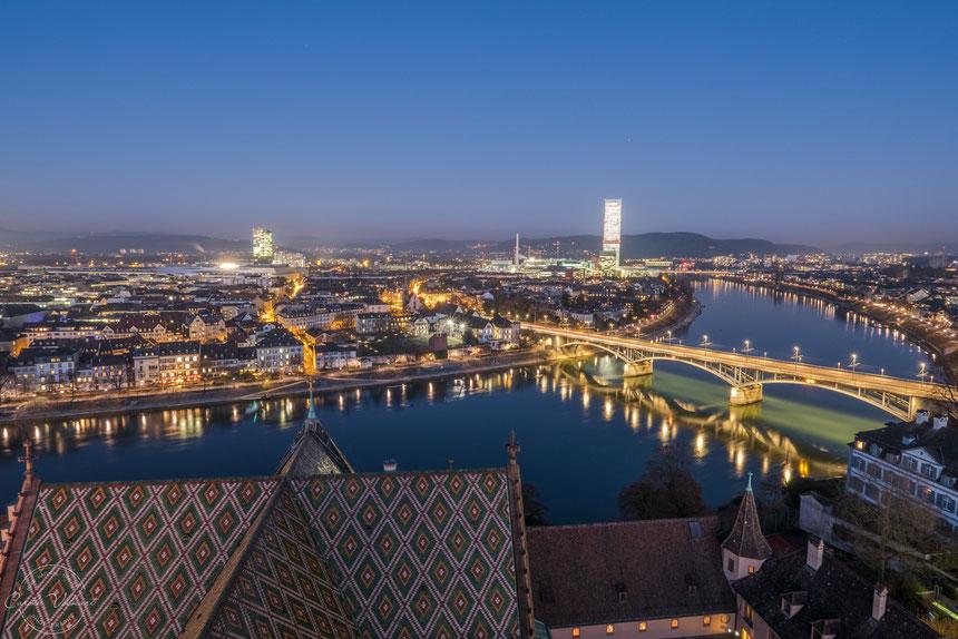 Martinsturm, Basler Münster, Wettsteinbrücke, Rhein, nächtliche Turmbesteigung, Sonnenuntergang, Abendrot, Rochetower, Rocheturm, Messeturm, Lichtermeer