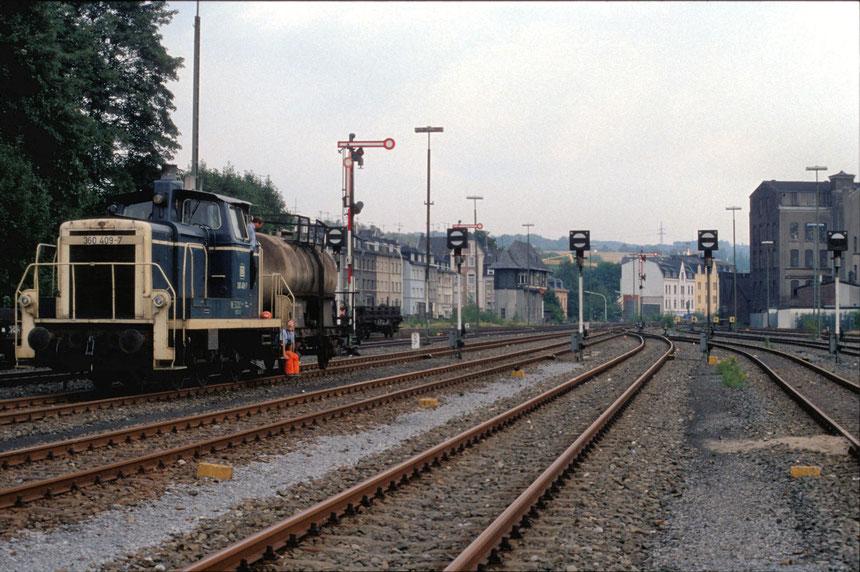 """Nach den """"umfangreichen"""" Arbeiten, im damals schon fast völlig brachliegenden Bahnhof Wuppertal Wichlinghausen, steht 360 409-7 mit Üg 67051 zur Abfahrt nach Wuppertal Oberbarmen bereit."""