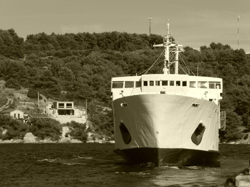 """2014.08.06 Die Fähre """"Lastovo"""" legt in Rogać, dem Haupthafen der Insel Šolta ab."""