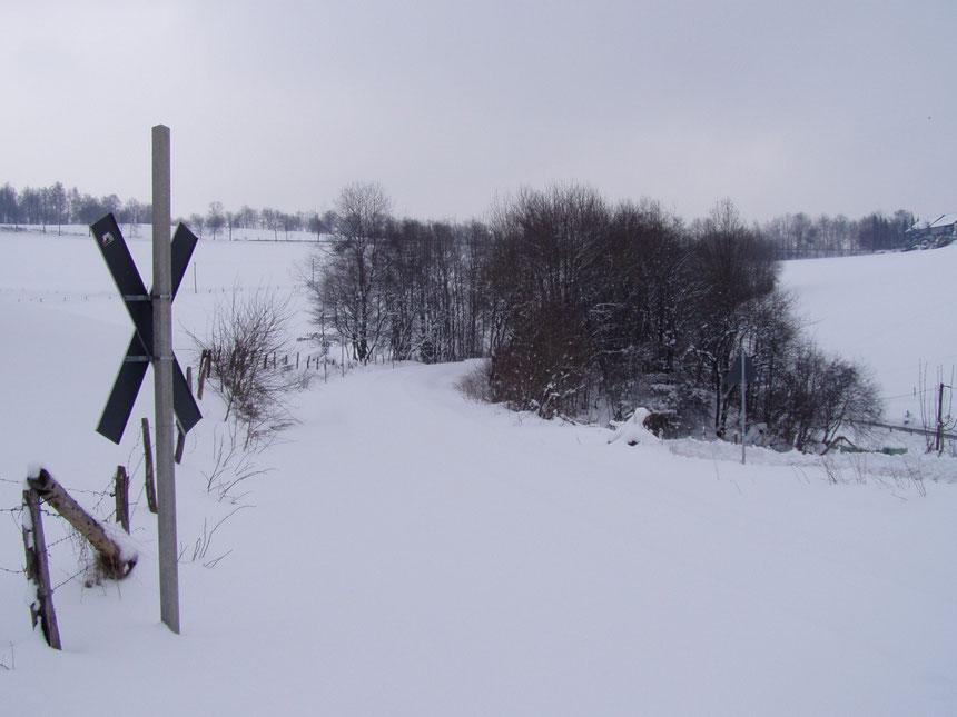 Winterliches Bergisches Land. Bahnhübergang bei Güntenbeke in Streckenkilometer 40,0, Blickrichtung Meinerzhagen