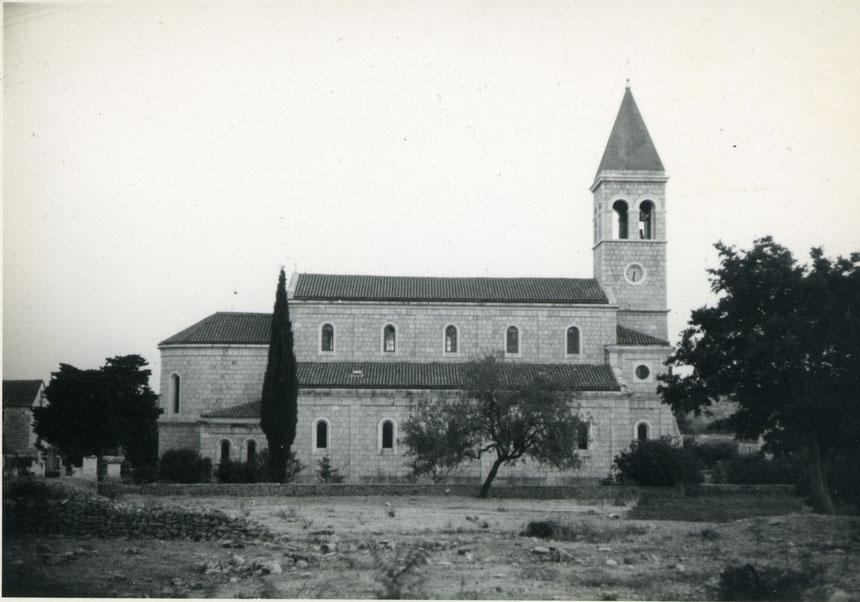 Eine Aufnahme aus den fünfziger Jahren zeigt die Pfarrkirche Sv. Stephan in Grohote auf der Insel Šolta.