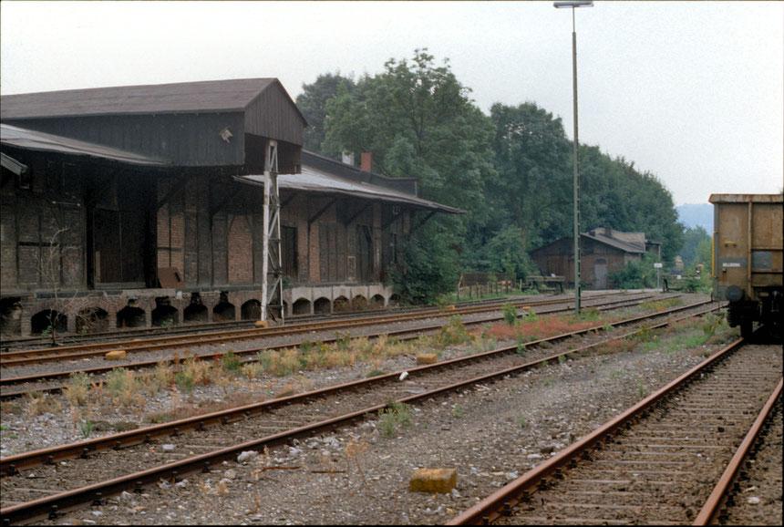 Ein Blick über die Vierziger-Gleise des Bahnhofes Wichlinghausen. Das Gleis 45 liegt an der Güterschuppenrampe. Das davor befindliche Gleis 44 ist das Abholgleis des Gla Luhns.