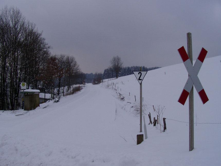Winterliches Bergisches Land. Bahnhübergang bei Güntenbeke in Streckenkilometer 40,0, Blickrichtung Dieringhausen