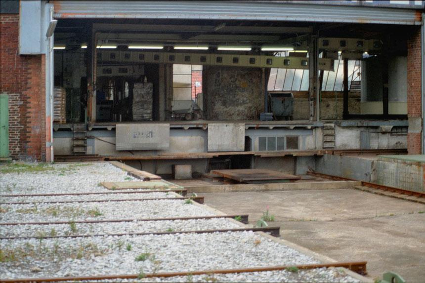 Das Herzstück der Anlage - Die Schiebebühnegrube mit dem passenden Blick auf die Eisenbahnanlage der Firma Luhns im Dachgeschoß.