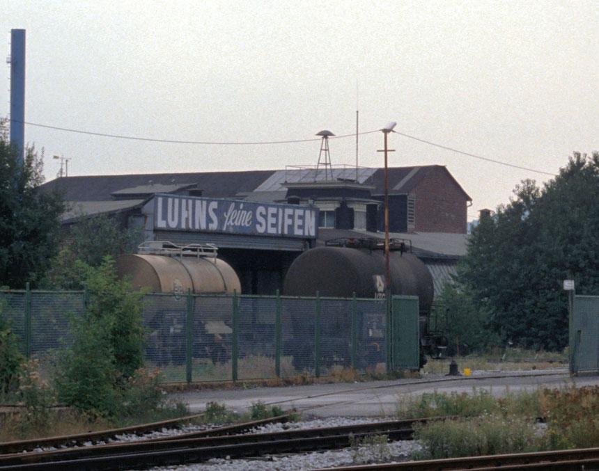 Am 06.09.1989 habe ich im Rahmen meiner Lokführerausbildung ein paar Fotos vom Gleisanschluß der Firma Luhns angefertigt. Hier das aus Gleis 31 führende Anschlußgleis.