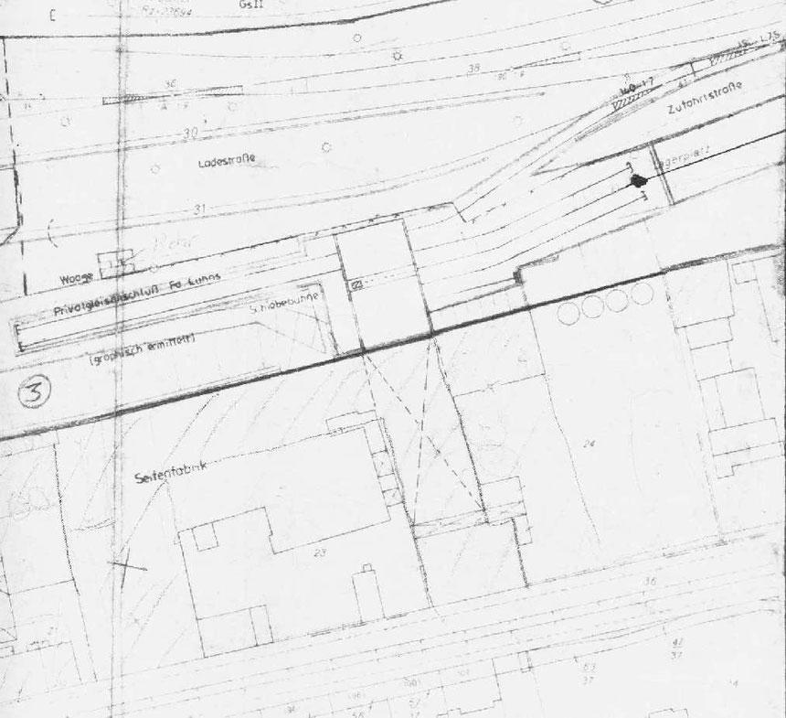 Hier ein von 1981 datierter Plan der die komplizierte Gleisanschlusssituation, mit der Schiebebühne und dem Waggonschrägaufzug zeigt.