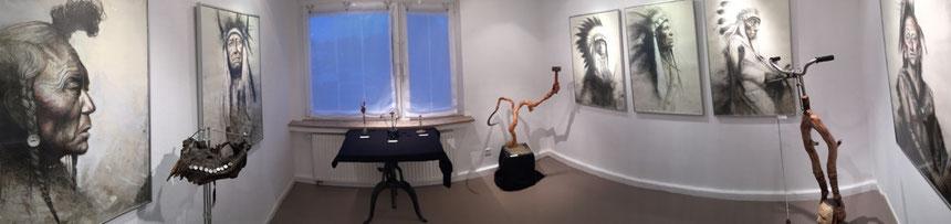 """Raum3 der Ausstellung vom """"Meister der Stifte"""" Andreas Noßmann und  Rolf Puschnig, dem Surramentteur (Objektkunst = surreale Arrangements)"""