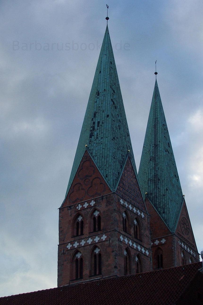 Die Türme der St. Marienkirche in Lübeck. Sie überragen die Dächer der Stadt bei weitem und sind weithin sichtbar.