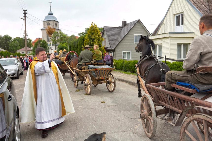 Klebonas Domas Gatautas laimina žirgus ir žygeivius prie Varnių bažnyčios