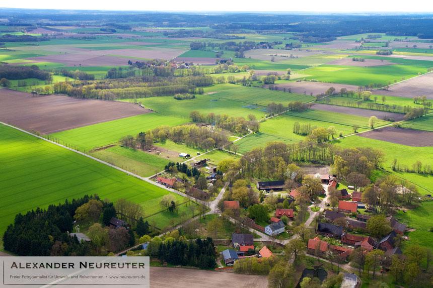 Diahren –im rechten unteren Drittel ist der runde Dorfplatz zu sehen.