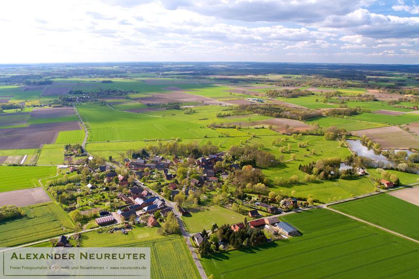Güstritz –auch wenn die Landstraße das Dorf zerschneidet, ist in der rechten, alten Hälfte immer noch die Rundlingsstruktur zu erkennen.