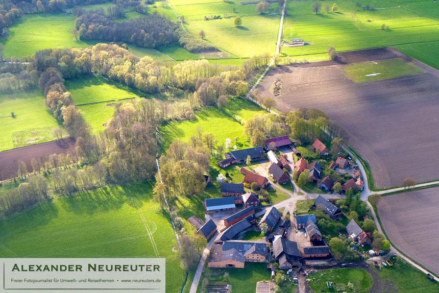 Gühlitz –noch immer ist deutlich zu sehen, dass alle Häusergiebel dem Dorfplatz zugewandt sind, auch wenn die meisten traditionellen Haupthäuser der heutigen Nutzung angepasst wurden (z.B. Plattenverkleidung oder Umnutzung als Viehstall).