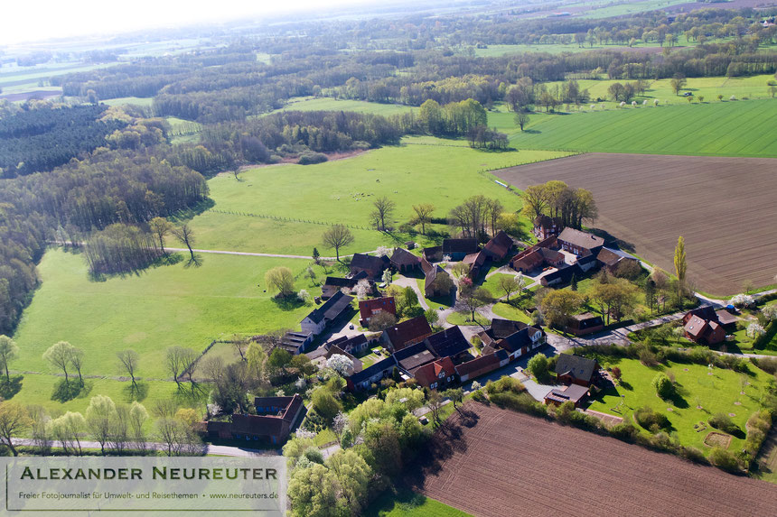 Granstedt –schön ist der kreisrunde Dorfplatz mit der Eiche zu erkennen.