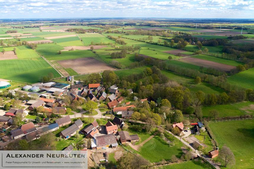 Püggen –früher trieb der Püggener Mühlenbach (im kleinen Wäldchen hinter dem Dorf) eine Mühle im Höferund an.