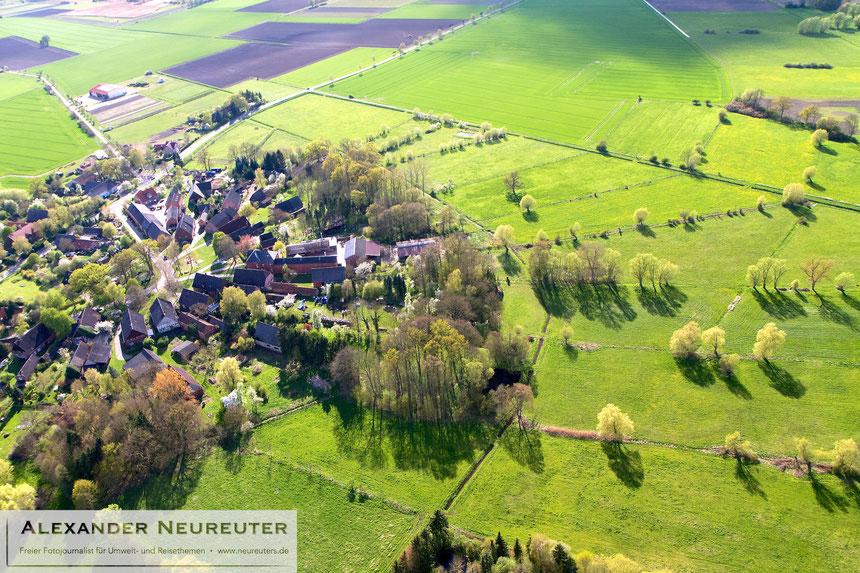 Güstritz –besonders schön sind hier die radialen Felder rund ums Dorf erhalten geblieben, die wie Tortenstücke um den Dorfkern liegen.
