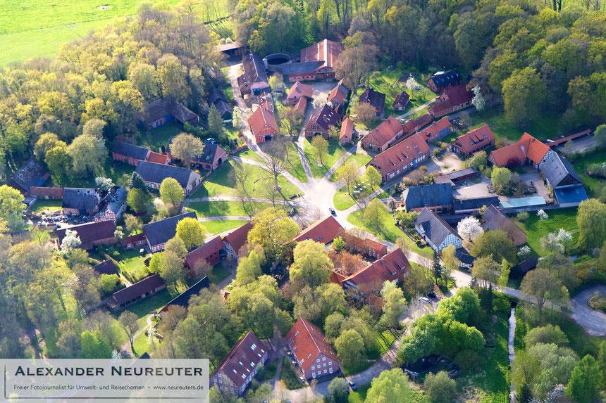 Lübeln –dieser ungewöhnlich große Rundling mit seinem Museum ist immer noch von einem dichten Gürtel der ehemaligen Hofwäldern umgeben.