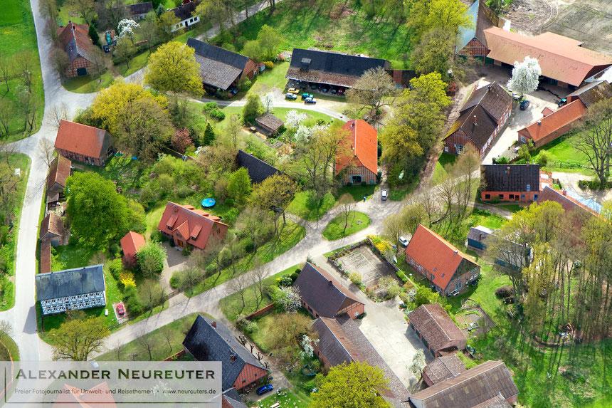 """Diahren –das weiße Haus links unten ist eine sogenannte """"Rübenburg"""", das Haus eines wohlhabenden Zuckerrüben-Bauern."""