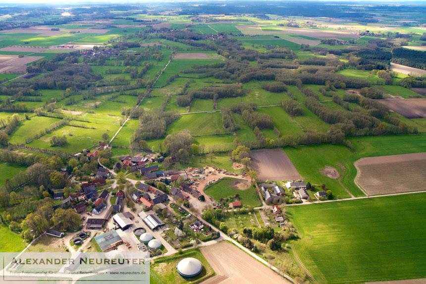 Püggen –das weitgehend erhaltene Rundlingsdorf ist am Dorfrand um eine Biogasanlage und eine Schweinezucht erweitert worden.