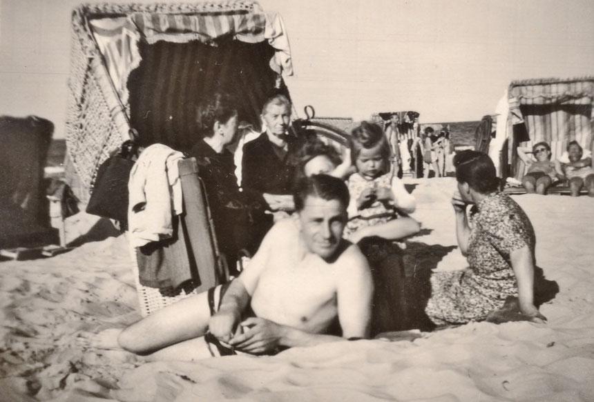Wer ist die Dame rechts im Strandkorb und der Herr im Vordergrund