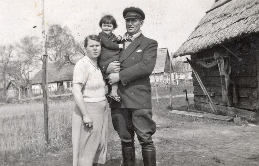 Links im Hintergrund das Haus der Familie Götsch