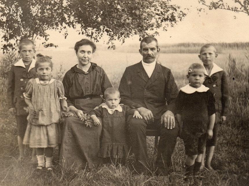 v.l.n.r: Paul, Dorothea, Elwine, Elfriede, Wilhelm, Gerhard, Adolf (ohne Gewähr)