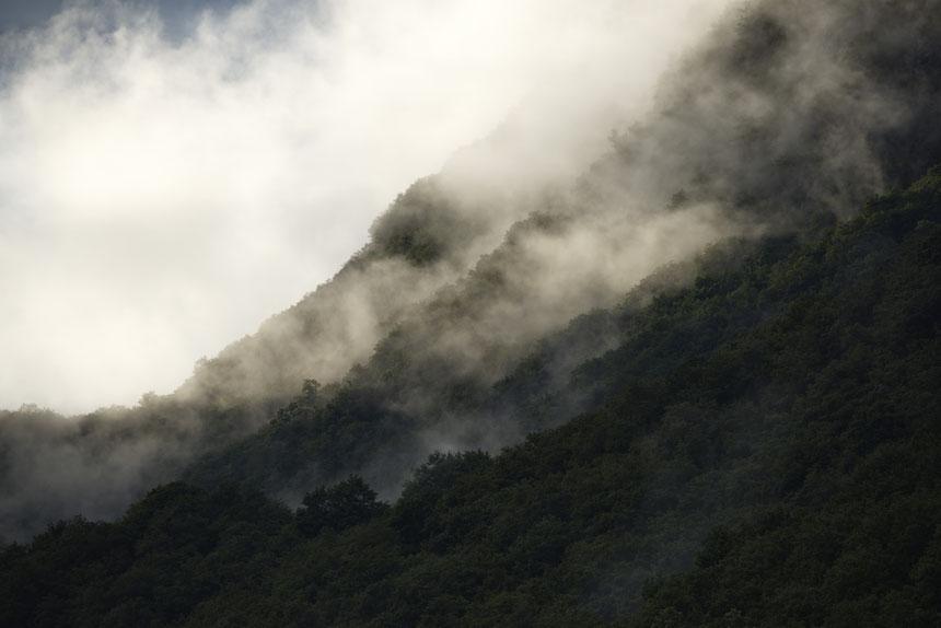 Nach einem heftigen Gewitterregen scheinen die Berghänge zu dampfen