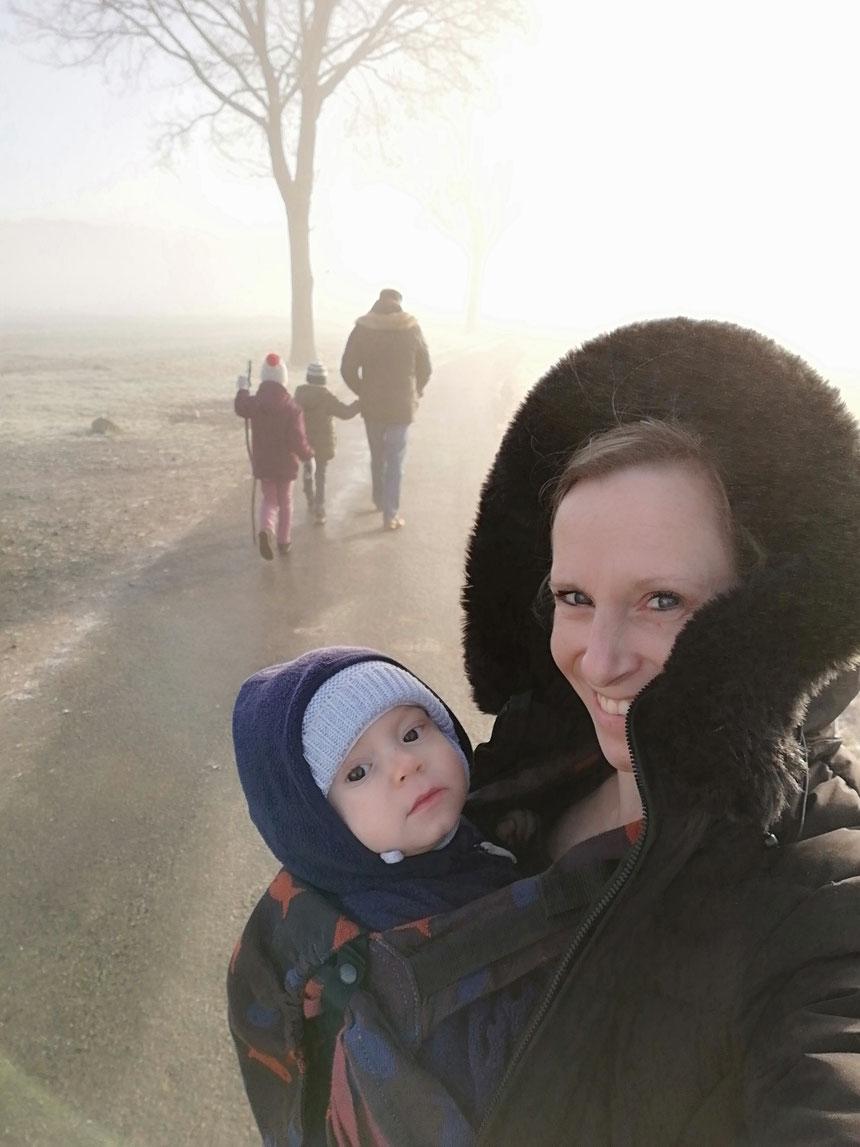 Familie mit Baby in der Trage