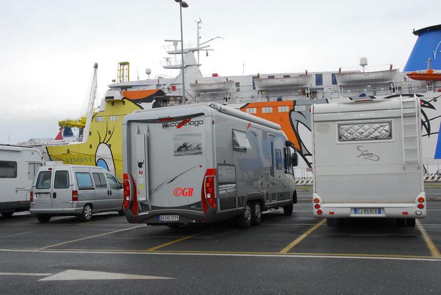 La Casita im Hafen von Livorno. Wohnmobil Wartebereich im Hafen von Livorno. La Casita (Carthago e-line 51 QB) vor der Überfahrt nach Sardinien.