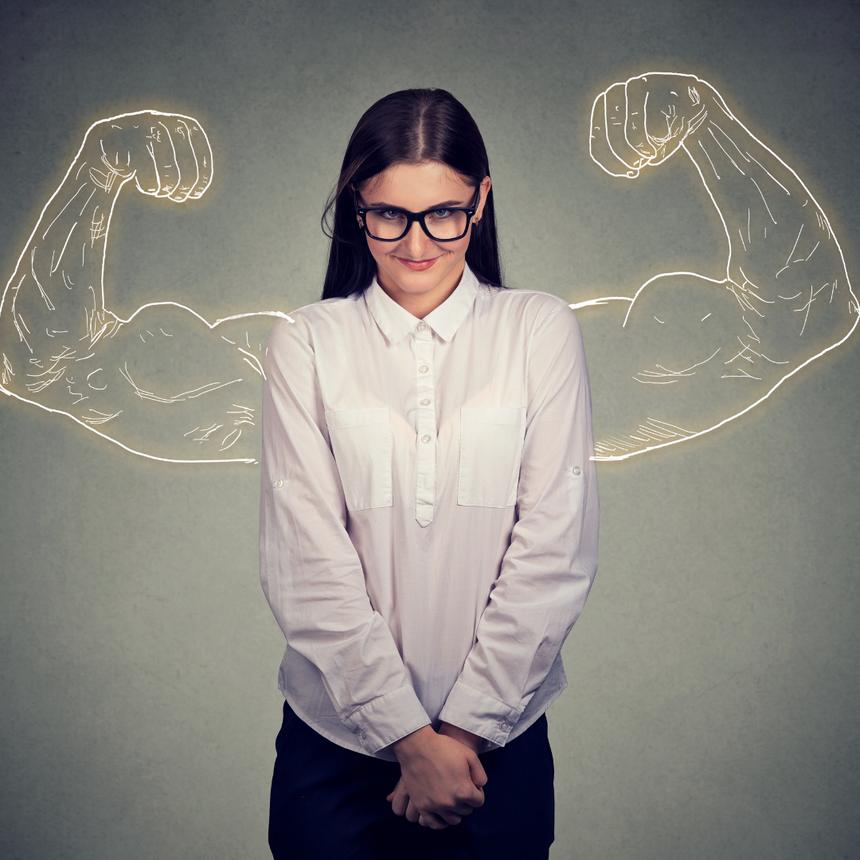 Schüchterne Frau mit gezeichneten, muskulösen Armen die in Body-Bilder-Manier nach oben zeigen