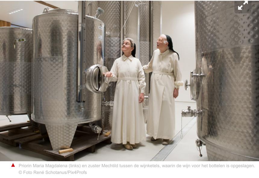 Priorin Maria Magdalena (links) en zuster Mechteld tussen de wijnketels
