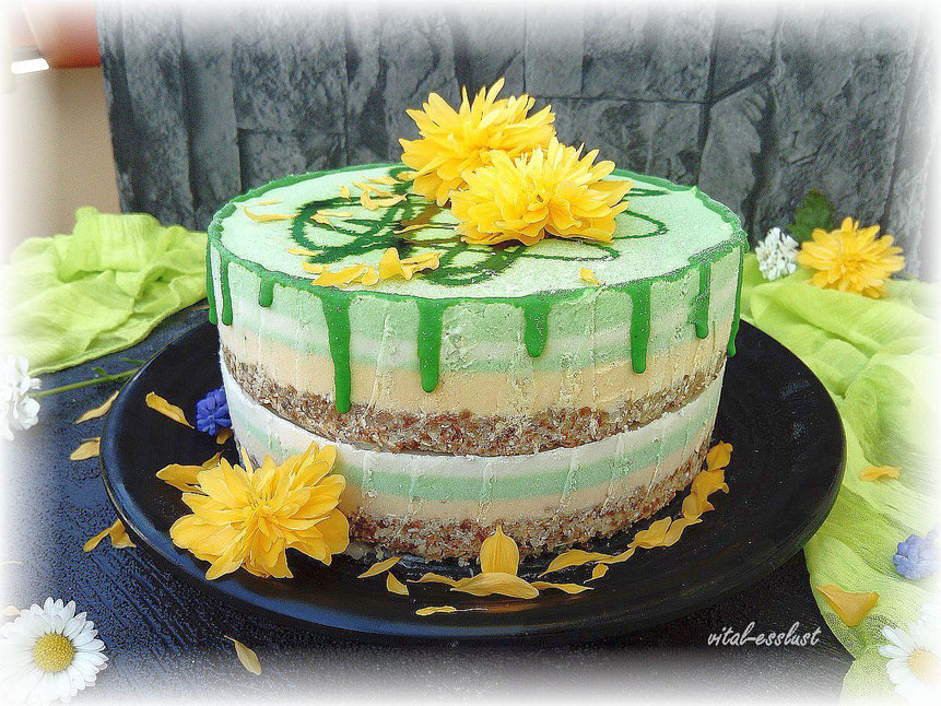 grüne Rohkost Torte mit Pandan gelben Blüten Frühling
