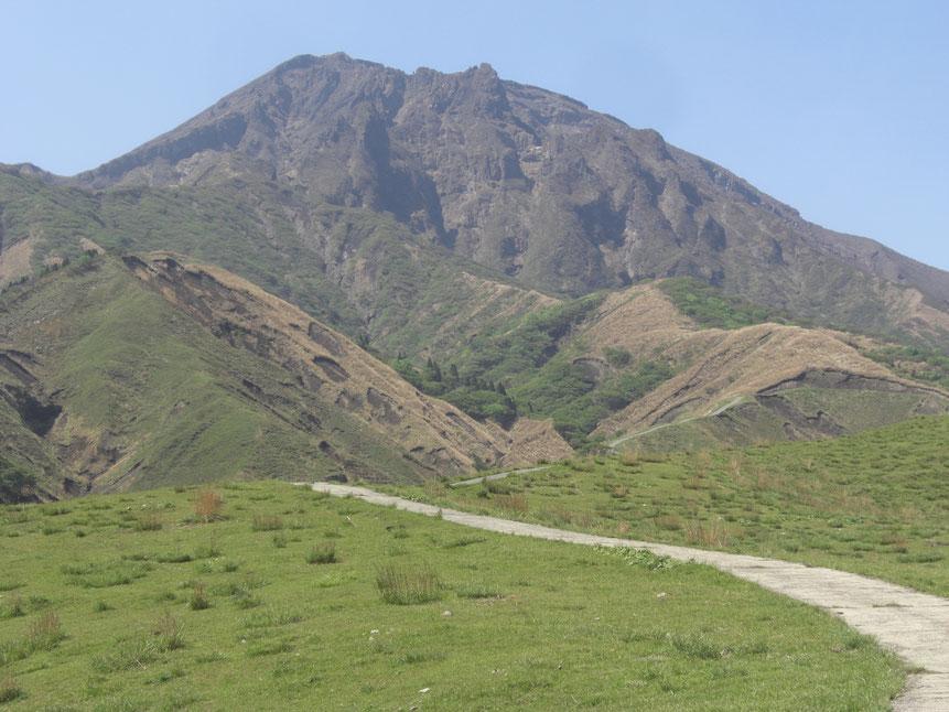 牧道を歩き鷲ヶ峰を望む