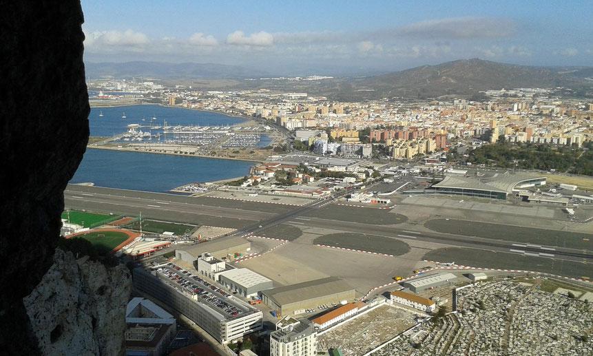 Blick aus dem Great Siege Tunnels auf Landebahn und Grenzübergang nach Spanien